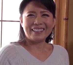 人気熟女女優の三浦恵理子さんが未亡人の義母を演じる官能小説風のポルノ動画