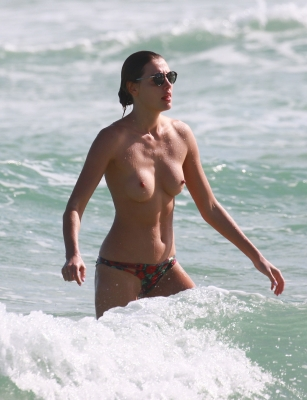 Alina-Baikova-Topless-300414 (2)