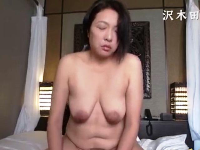 弛み捲ったお腹と乳房の豊満熟女と生嵌め