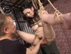 ロープで緊縛されて吊るされた熟女がエロいまんこ丸見え状態でメス顔 - Pornhub.com - 191107-225957