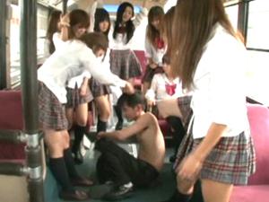 バスの中で制服ギャルたちに踏んで蹴られボコボコにされる男