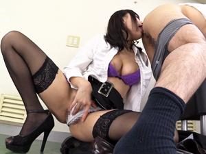 【浜崎真緒】ド痴女な秘書が男性社員のパンツを強引に脱がし汚チンポとアナルを舐めながら変態オナニー!