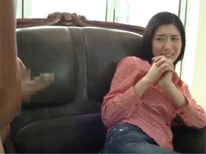 韓国娘に勃起チンポをシゴく様子を見せつけたら可愛すぎるリアクションと押しの弱さがヤバイ!