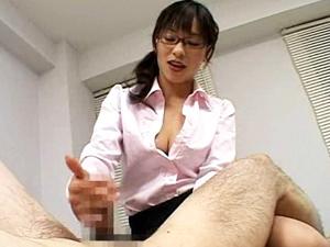 かすみ果穂 メガネの美人女医がアナルにエネマグラを突っ込んでの手コキでED治療