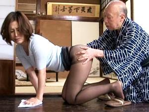 【桐岡さつき】パンスト尻を突き出して掃除する熟妻が介護している義父のチンポをフェラチオしてザーメンを吸い出します。