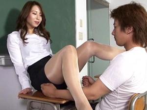 【枢木みかん】長身巨乳女教師がテカテカパンストの蒸れマンコを押しつけ踏みつけ脚責め足コキ