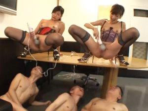【神波多一花】【白鳥ゆな】クンニが下手なM男3人に電マオナニーを見せつけ潮を飲ませる痴女