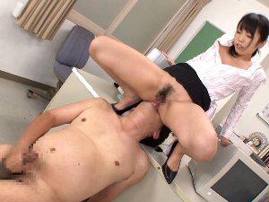 【有村千佳】同僚のM男教師に顔面騎乗でクンニさせながらセンズリさせそのまま放●する痴女教師
