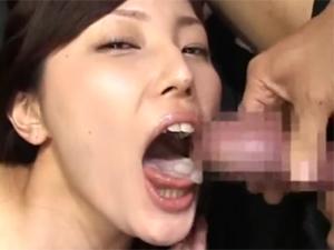 飲精マニアの競泳水着痴女が何本ものチンポから発射されるザーメンを口で受け止め連続ごっくん!