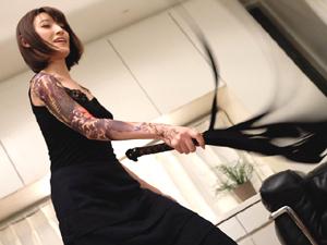 日々タトゥーが増えていく彼女に足を舐めさせられ鞭で撃たれ蝋を垂らされ悶絶する男