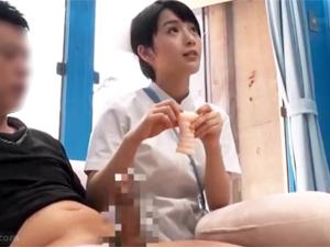 【向井藍】マジックミラー号で膣内でイケない男性に優しく手コキ&オナホコキするショートカットナース
