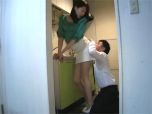180cm長身女社長に欲情した社員がむしゃぶりついてイラマチオさせ一方的に着衣にぶっかけ!