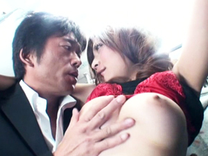 混雑するバスの中で積極的に男を誘いクンニに悶えフェラチオ&挿入!腰を振りまくり絶頂する巨乳若妻!