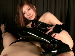 椎名ゆな エナメルボンテージ痴女が密着して手コキ足コキフェラでザーメンを搾り出す!