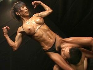 筋肉熟女のポージングしながらの超肉食SEX!!
