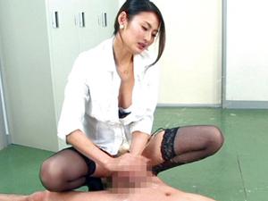 ぺニバン前立腺責め手コキで大量射精したチンポを高速刺激して男の潮吹きさせる痴女教師