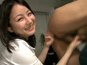 笑顔でアナルに指を挿入して前立腺をグリグリしてM男を悶絶させるお姉様