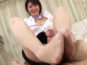円城ひとみ 熟女エステティシャンの蒸れパンスト足コキで足裏に大量発射!