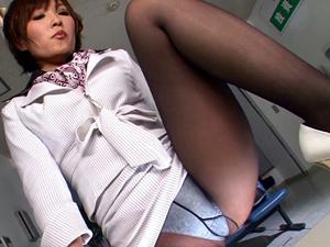 タイトスカート痴女に黒パンストの脚・太もも・尻で挑発され足コキ抜きされちゃいます!