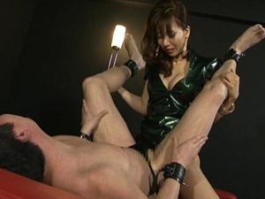 女王様の脚責めとペニバン前立腺ファックでドライオーガズムし続けるM男