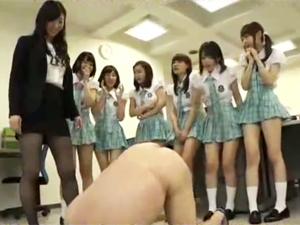 女教師が金蹴りを教え生徒達が実践するM男虐め特別授業