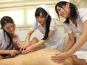 女医とナースが顔面騎乗で強制クンニさせながらチンポ虐め!聖水を飲まされ唾を吐きかけられる特殊治療!