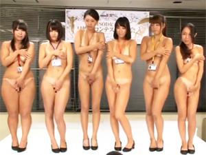 女子社員の日焼けコンテストを全裸でやってオイルヌルヌル3Pセックスとかしちゃってます!