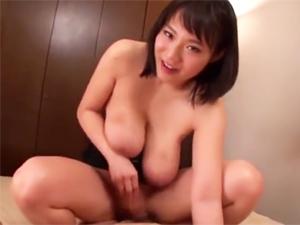 澁谷果歩 Kカップ痴女が手コキフェラ超乳パイズリから馬乗りでチンポ挿入!