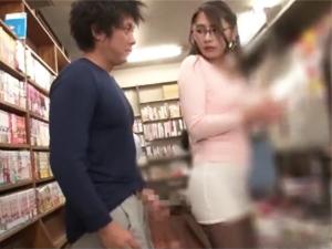 本屋にいたメガネ美人に露出チンポを見せつけ強引にパンストマンコキしちゃいます!