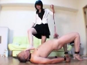 女子大生令嬢が家畜奴隷のチンポを踏みつけ引っ張りまわし弄んで愉しんでいます。