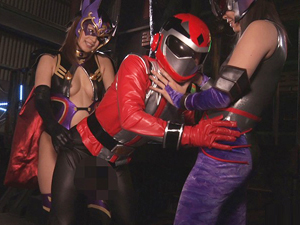 女怪人たちに追い詰められたヒーローがチンポを弄ばれペニバンでアナルを掘られ前立腺イキ!
