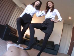 モデル級美脚のパンプスを舐め存分に踏んでもらう脚フェチM男