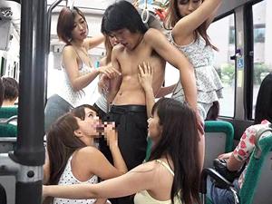 バスに乗り込んできた若者のチンポを引きずり出し弄びSEXを強要する痴女集団