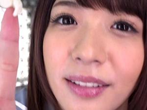 麻里梨夏 イジメっ子な制服美少女に噛んでたガムを顔につけられ顔舐めされちゃう主観映像