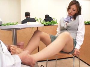 テーブルの下で足コキしてきた痴女OLが我慢できずに勃起チンポにしゃぶりつく!
