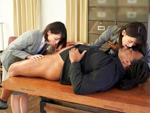 黒人客がスーツを仕上げている間、女性従業員がフェラやSEXでサービスする紳士服店