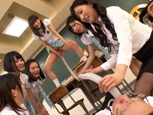 女生徒と女教師がM男に聖水を飲ませお掃除クンニさせるヤバイ学級