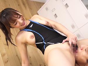 美人インストラクターの競泳水着に勃起したのがバレたらロッカーに連れ込まれ痴女られた!