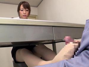 留置所で接見中にバレないように机の下で足コキ抜きする痴女弁護士