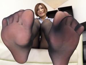 夏希みなみ 実はノーパンでパンスト直穿き痴女が美脚と足裏を見せつけ淫語挑発