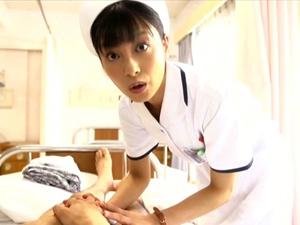 入院中の少年のウブな童貞チンポをジッと見つめながらの手コキで抜いてくれる優しいナース