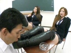 クラス中の女子生徒のブーツを舐め踏みつけられる担任教師