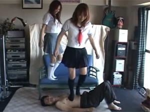 小遣い稼ぎで変態教師の顔面はじめ全身をハイソックス足で踏みつける制服美少女