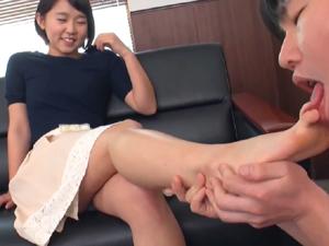 ショートカットの女の子の蒸れた足を指の間まで舐め足コキ太ももコキで大量発射!!