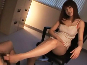 吉沢明歩 OL上司にパンスト美脚とムッチリ尻で誘惑され足コキと手コキで脚に射精させられます