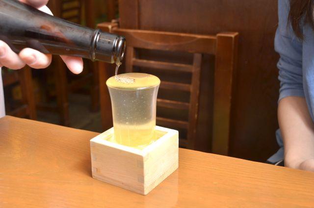 【悲報】居酒屋でこう出された日本酒を正しく飲めない人が多いらしい