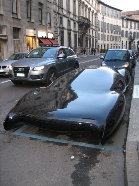 街中で平べったい車が発見される